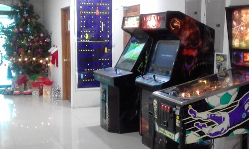 MERRY CHRISTMAS CENTRAL AMERICA GAME ROOM PINBALL